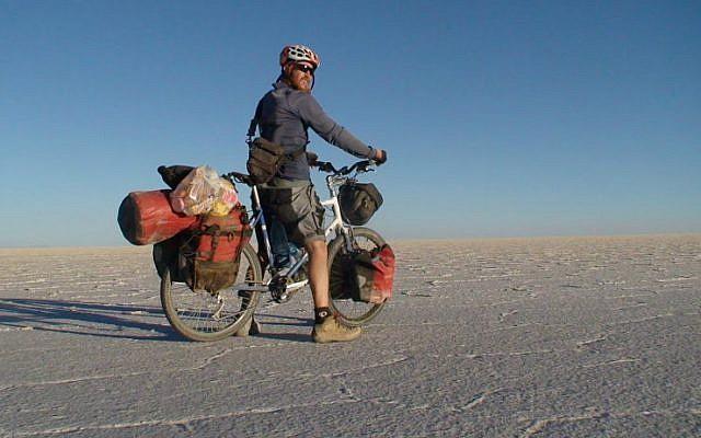 კაცს, რომელმაც მსოფლიოს გარშემო ველოსიპედით იმოგზაურა, საკუთარი სახლის წინ ავტობუსი დაეჯახა და გარდაიცვალა