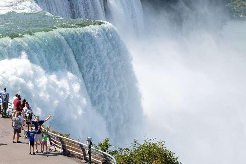 კანადაში, ნიაგარის ჩანჩქერი საქართველოს დროშის ფერებში განათდება