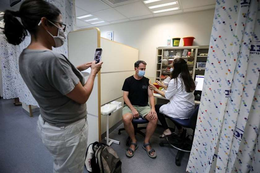ისრაელის ჯანდაცვის სამინისტრო: Pfizer-ის ვაქცინის მესამე დოზა 60 წლისა და უფროსი ასაკის პირებში ინფექციისა და სერიოზული დაავადებების წინააღმდეგ დაცვას მნიშვნელოვნად აუმჯობესებს